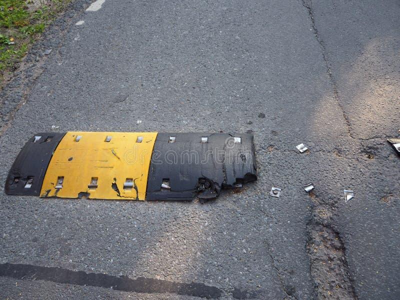 Cassé après une bosse de vitesse de sécurité routière d'accidents sur une route goudronnée photographie stock libre de droits