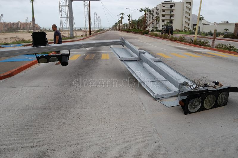 Cassé par le feu de signalisation d'Odile d'ouragan photo libre de droits