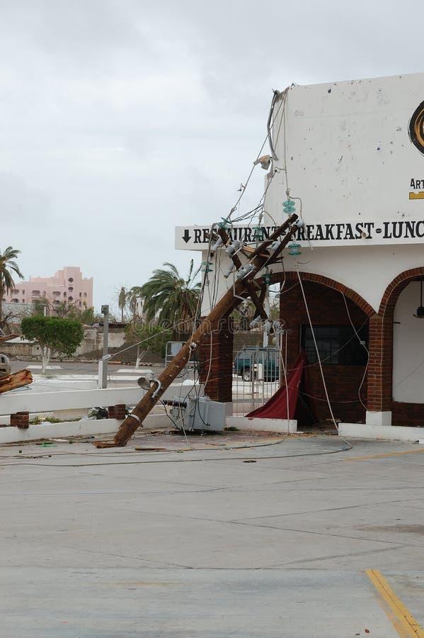 Cassé par le poteau en bois électrique d'ouragan images libres de droits