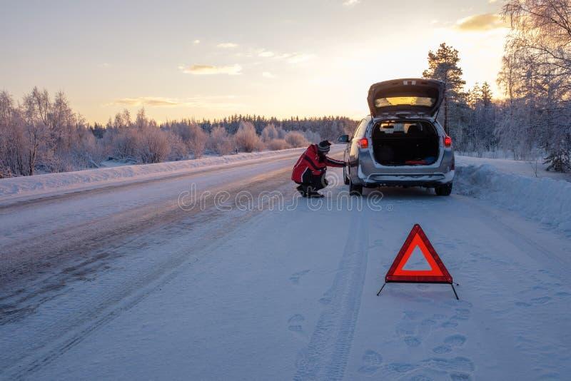 Cassé sur une route neigeuse d'hiver photo libre de droits