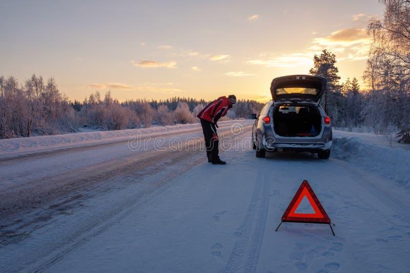 Cassé sur une route neigeuse d'hiver photographie stock libre de droits