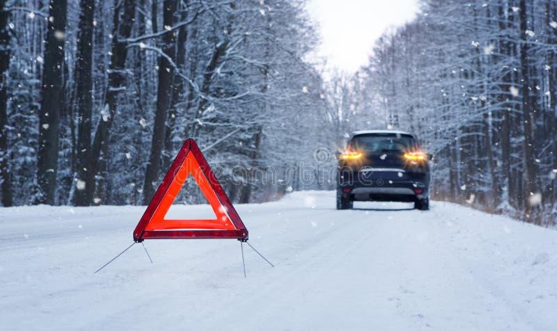 Cassé vers le haut de la voiture et de la triangle d'avertissement photos libres de droits