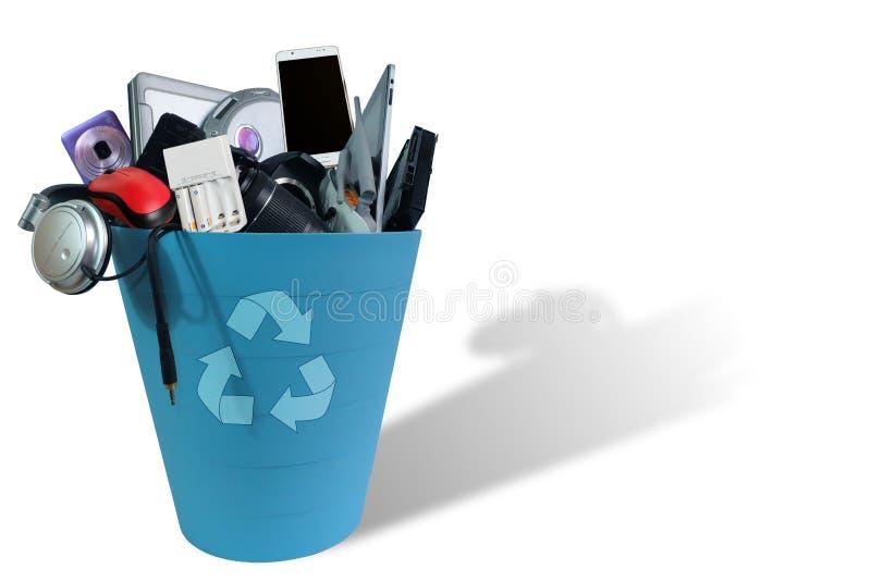 Cassée de rebut électronique ou les dommages réutilisent dedans la poubelle d'isolement sur le fond blanc photographie stock