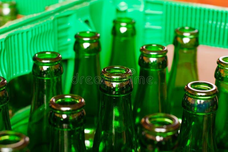 Cassa con le bottiglie da birra vuote immagine stock