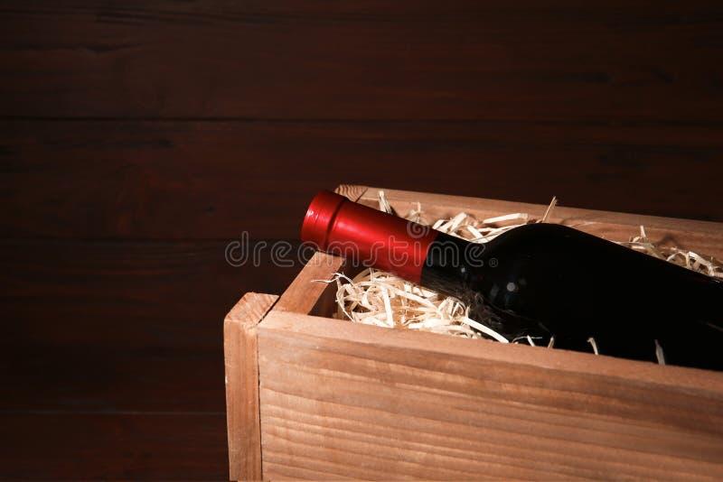 Cassa di legno aperta con la bottiglia di vino, spazio per immagine stock libera da diritti