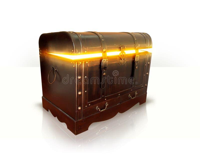 Cassa di legno in pieno di oro immagini stock