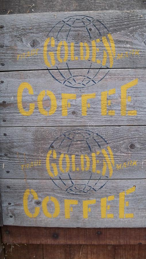 Cassa di legno riprodotta a ciclostile di caffè dorato fotografie stock