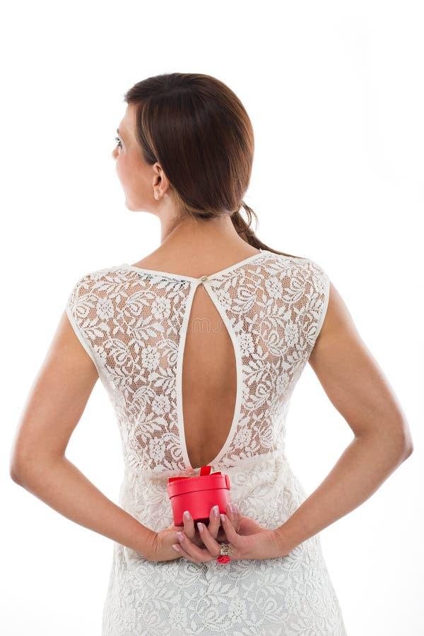 Cassa rotonda rossa dei gioielli della tenuta posteriore sexy della donna fotografie stock libere da diritti