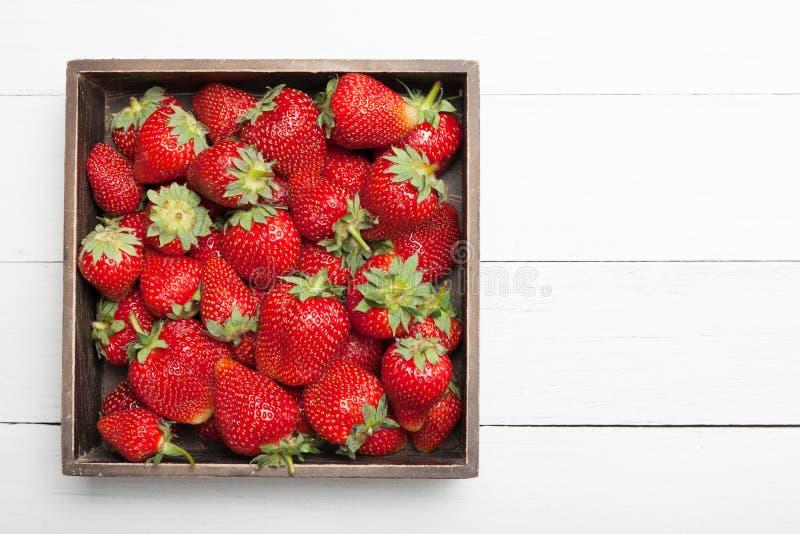 Cassa, scatola con la fragola fresca Copi lo spazio per testo immagini stock libere da diritti