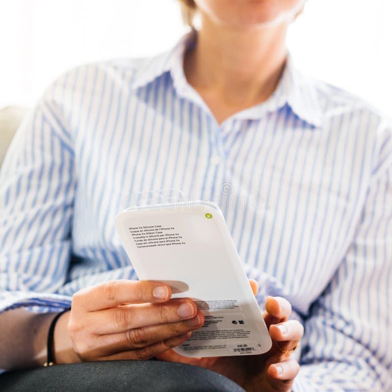 Cassa unboxing del silicio della donna dai calcolatori Apple per il iPhone XS immagini stock libere da diritti