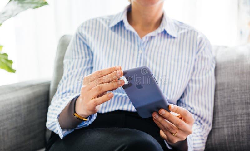 Cassa unboxing del silicio della donna dai calcolatori Apple per il iPhone XS immagine stock libera da diritti