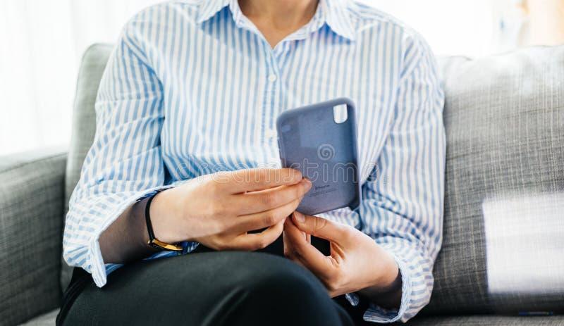 Cassa unboxing del silicio della donna dai calcolatori Apple per il iPhone XS fotografia stock