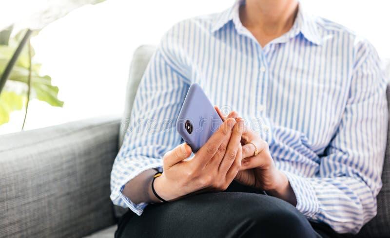 Cassa unboxing del silicio della donna dai calcolatori Apple per il iPhone XS immagini stock