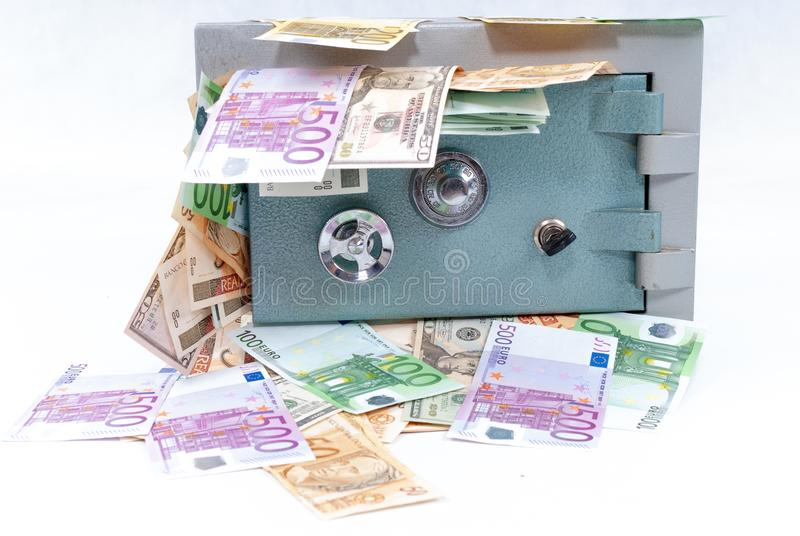 Cassaforte con soldi fotografia stock libera da diritti