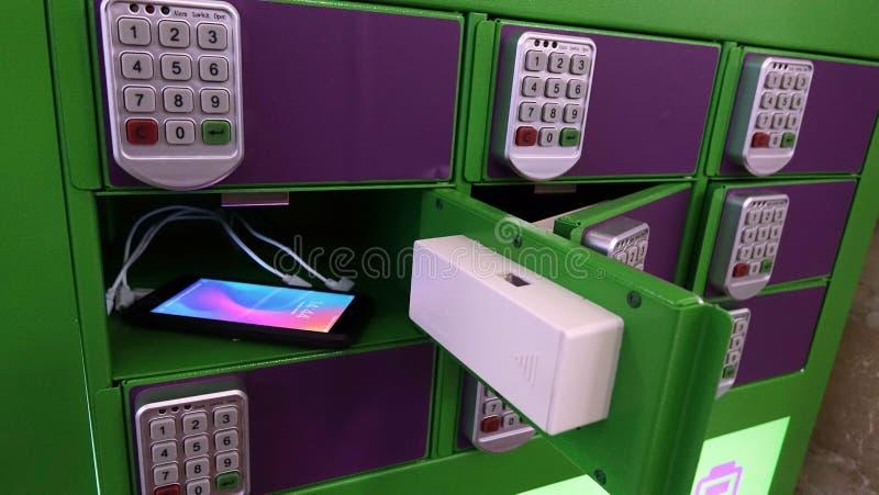 Cassaforte per la conservazione e la ricarica dei telefoni tecnologia fotografia stock libera da diritti