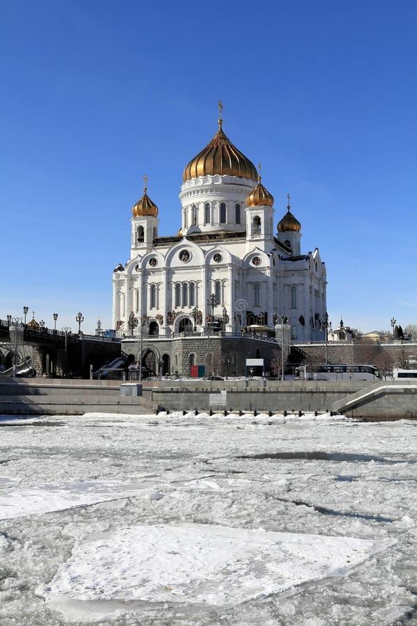 Cassant la glace sur la rivière de Moscou et la cathédrale du Christ le sauveur en mars images libres de droits