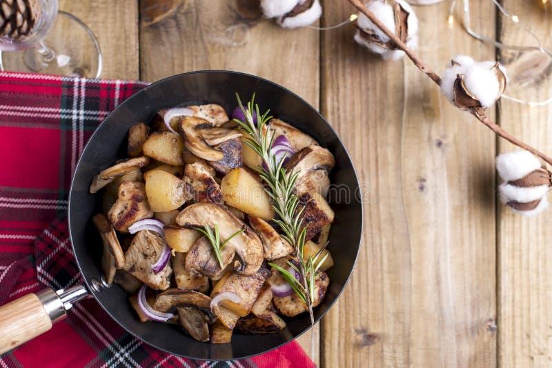 Casse-croûte assortis et pommes de terre frites avec les champignons et la viande sur une table en bois Nourriture traditionnelle photo stock