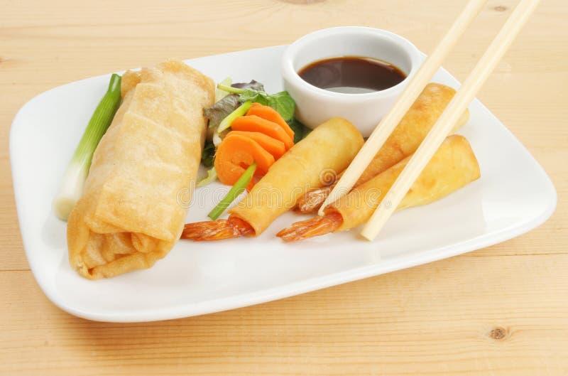 Casse-croûte chinois avec des baguettes image stock