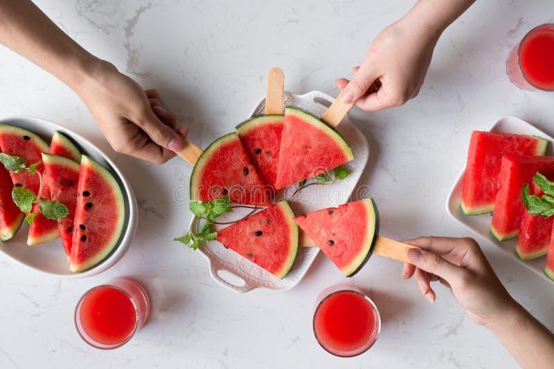 Casse-croûte délicieux d'été de pastèque d'un plat Dessert plat image libre de droits