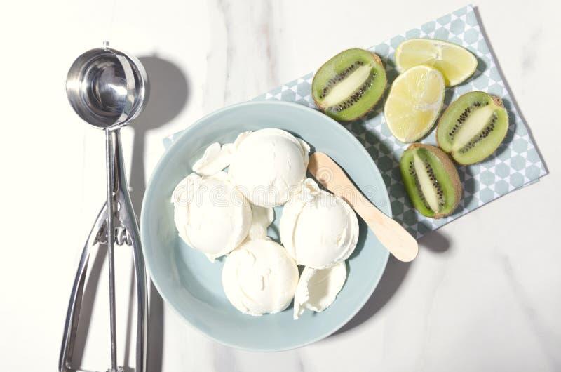 Casse-croûte d'heure d'été Boules savoureuses de crème glacée avec des fruits dans la cuvette bleue, tir de vue supérieure images libres de droits