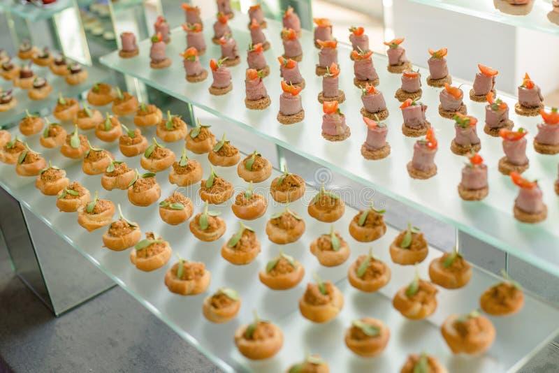 Casse-croûte de approvisionnement de plateau de buffet de pâté, viande, jamon, poisson, fromage des fruits et légumes préparés po images stock