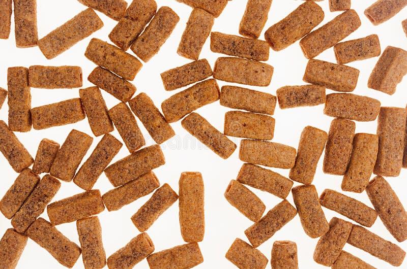 Casse-croûte de bière de Brown sur le fond blanc, vue supérieure Texture d'aliments sans valeur nutritive images libres de droits