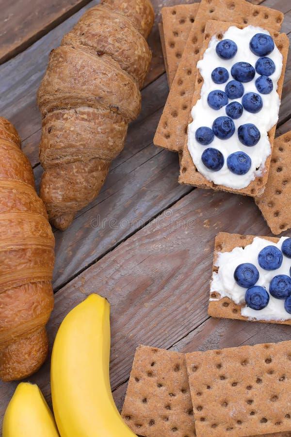 Casse-croûte de fromage de croissant et blanc avec des myrtilles photos libres de droits