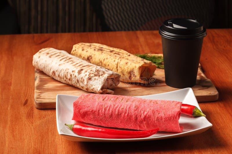 Casse-croûte et café du Moyen-Orient traditionnels Rouleau frais de sandwich à Shawarma de pain pita coloré de lavash, falafel photographie stock