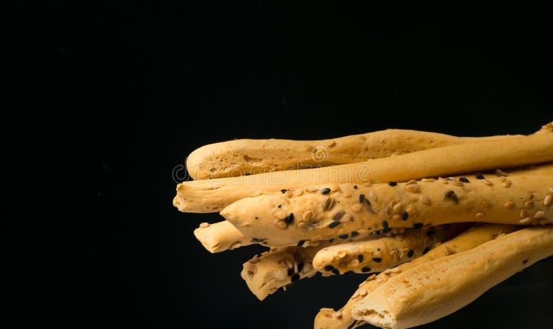 casse-croûte fait maison, bâtons cuits au four avec le sésame et cumin noir Bâtons de Cristy avec des graines de sesaam et de cum photo stock
