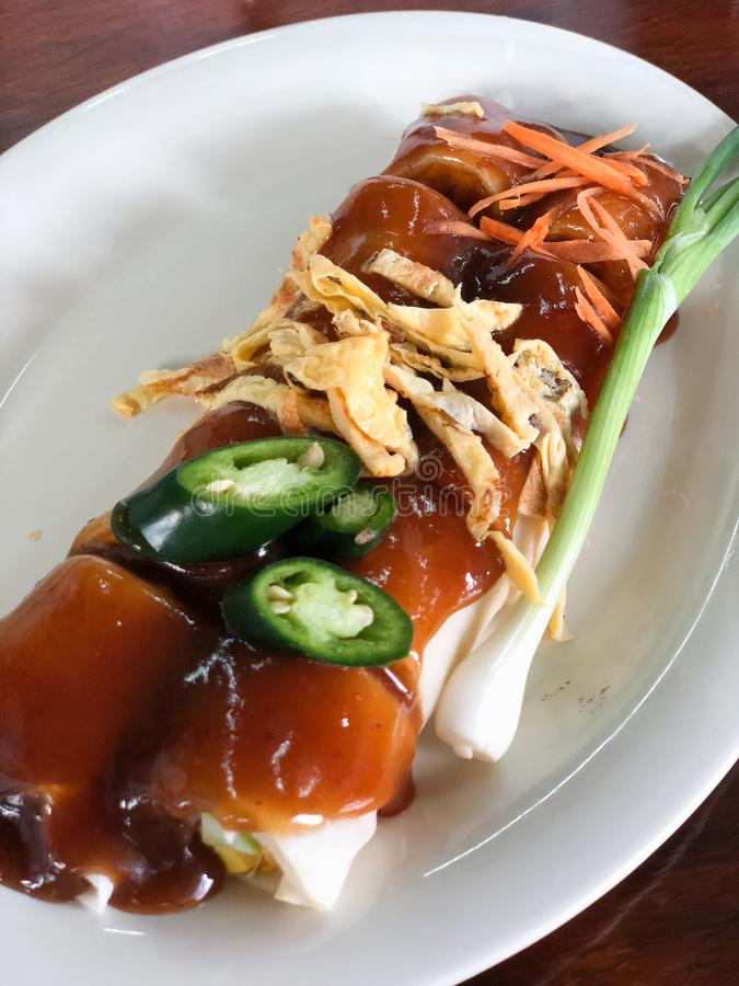 Casse-croûte frais thaïlandais de petit pain de ressort avec de la sauce douce photos libres de droits
