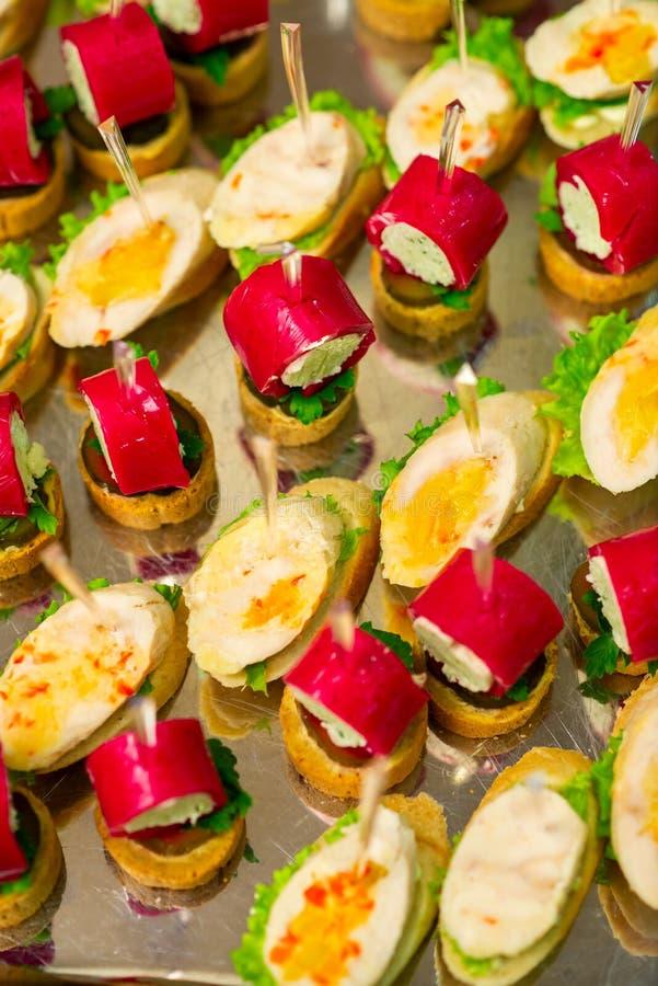 Casse-croûte froids sur le buffet de table photos stock