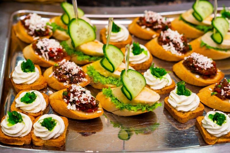 Casse-croûte froids sur le buffet de table photo stock