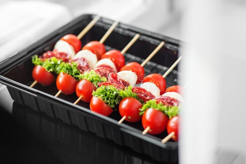 Casse-croûte gastronomes délicieux avec la cerise, la viande et le mozzarella dans la gamelle Concept pour la nourriture, restaur photographie stock libre de droits