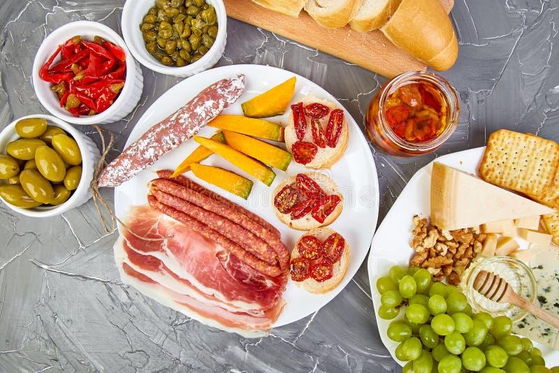 Casse-croûte italiens de vin d'antipasti réglés Nourriture italienne photo libre de droits