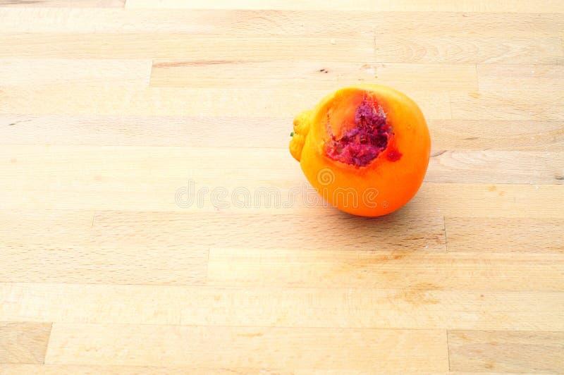 Casse-croûte oublié, gauche orange à se décomposer sur la table de cuisine photo stock