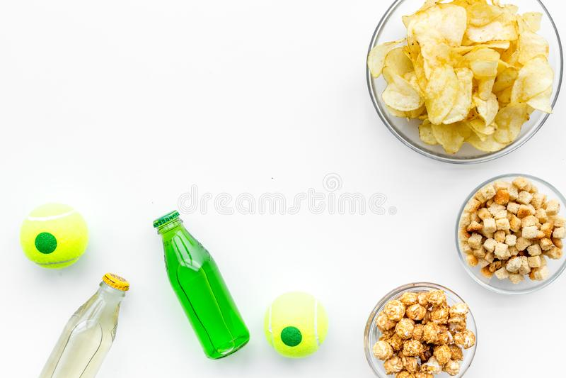 Casse-croûte pour regarder la TV Les chips, maïs éclaté, biscottes près boivent sur le copyspace blanc de vue supérieure de fond image libre de droits