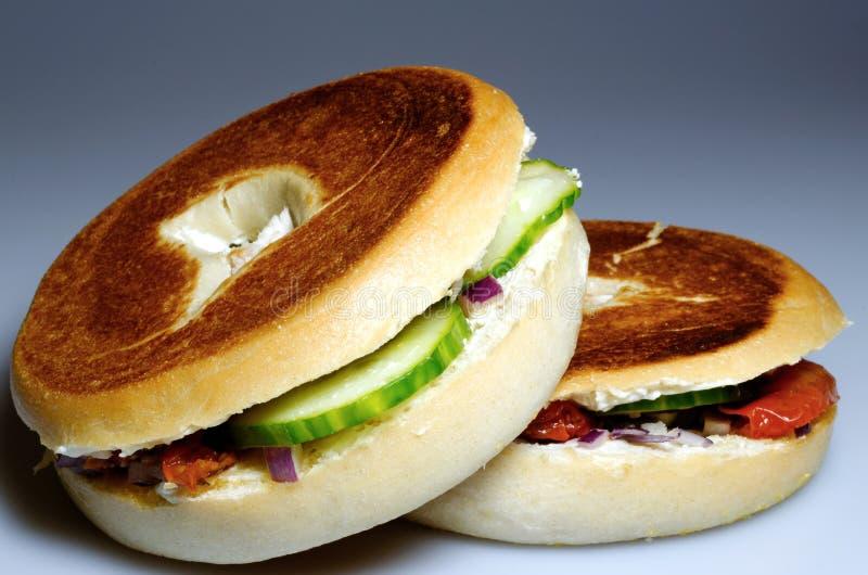 Casse-croûte rempli grillé de bagel photographie stock libre de droits