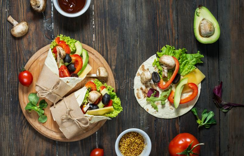 Casse-croûte sain de déjeuner de vegan Enveloppes de tortilla avec des champignons, des légumes frais et des ingrédients sur le f photographie stock libre de droits
