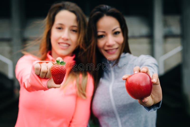Casse-croûte sain de forme physique avec la pomme et la fraise rouges photos stock