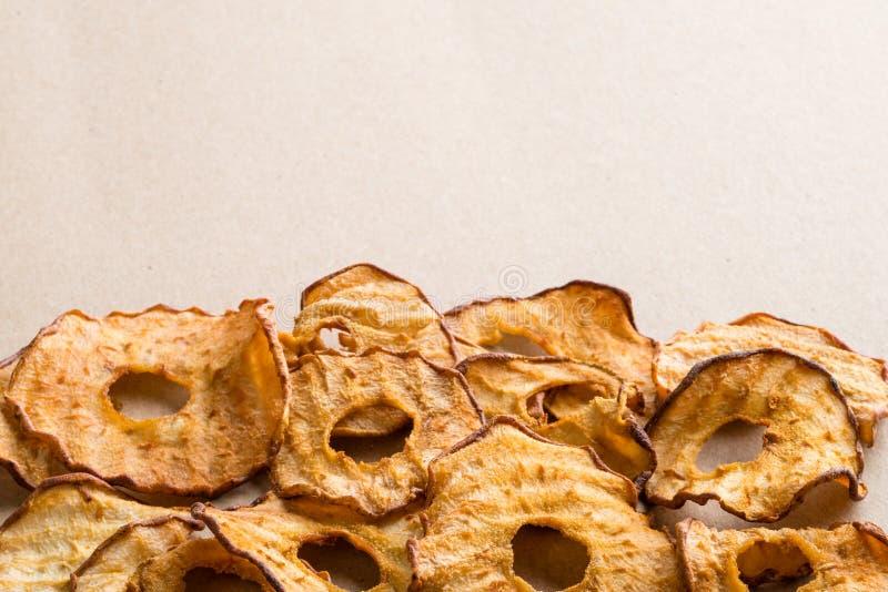 Casse-croûte sain Les anneaux secs savoureux de pomme et de poire ébrèche sur la lumière b photographie stock libre de droits