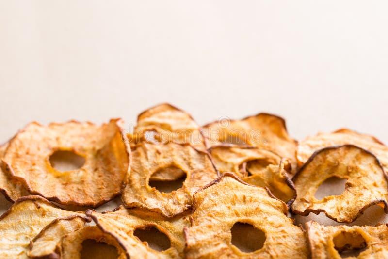 Casse-croûte sain Les anneaux secs savoureux de pomme et de poire ébrèche sur la lumière b images libres de droits