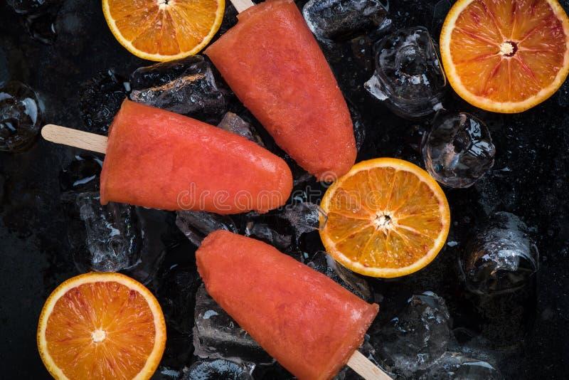 Casse-croûte sain pendant des jours d'été chauds photo stock