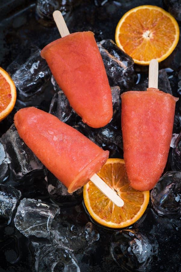 Casse-croûte sain pendant des jours d'été chauds image stock