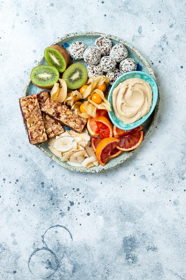 Casse-croûte sains de dessert de vegan - barres de granola de protéine, boules crues faites maison d'énergie image stock