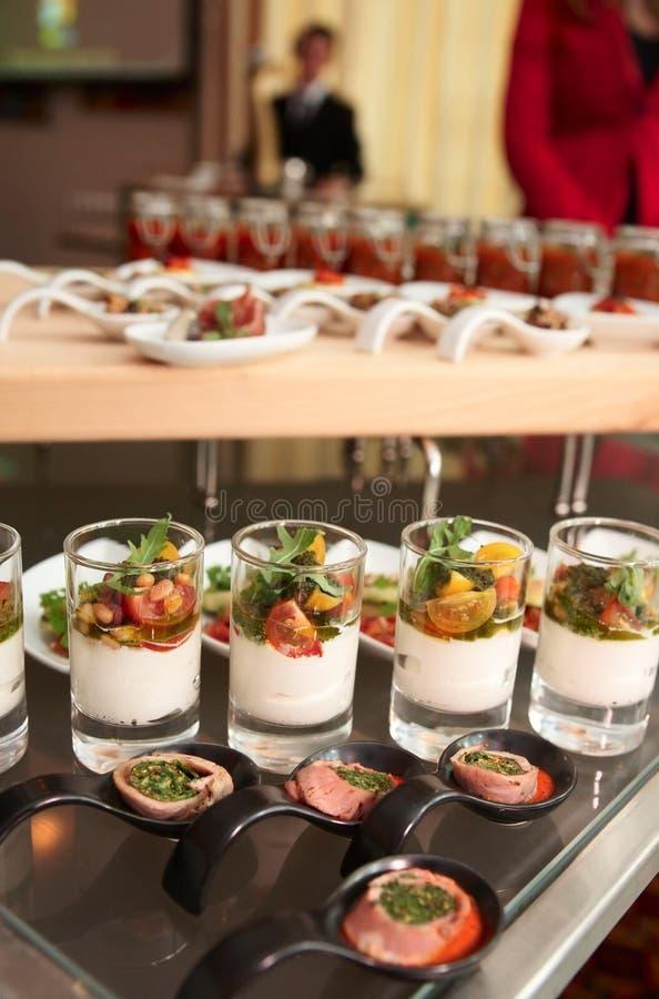 Casse-croûte sur la table de buffet photos stock