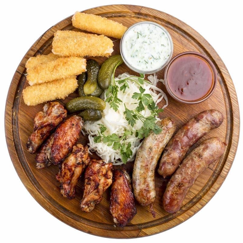 Casse-cro?te assortis de bi?re B?tons de fromage, concombres marin?s, saucisses grill?es, choucroute, ailes de poulet photos stock