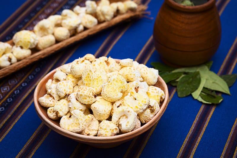 Casse-croûte bolivien Pasancalla (maïs blanc sauté adouci) photos stock