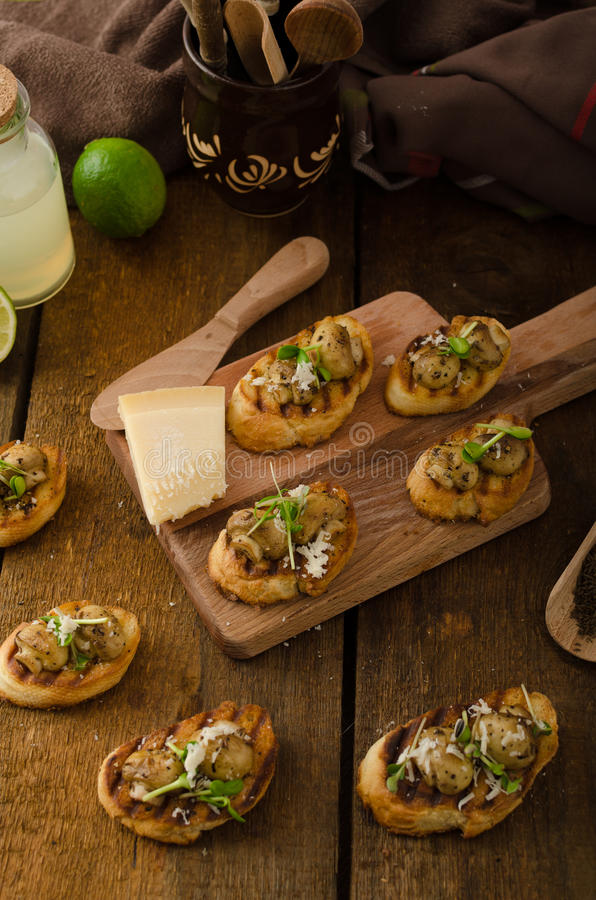 Casse-croûte de champignon sur la baguette grillée photos stock