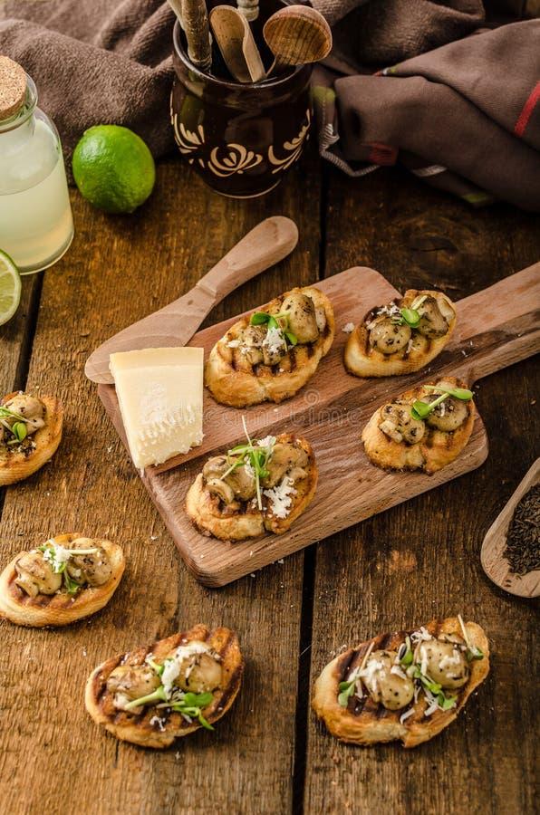 Casse-croûte de champignon sur la baguette grillée image stock