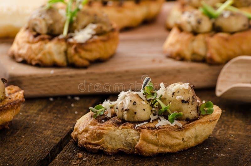 Casse-croûte de champignon sur la baguette grillée images stock